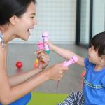 Brincadeiras infantis entre pais e filhos ajuda no desenvolvimento