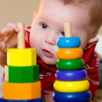 bebê interessado nas cores dos objetos